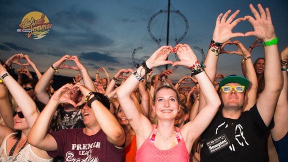 Feiernde beim SonneMondSterne Festival 2015