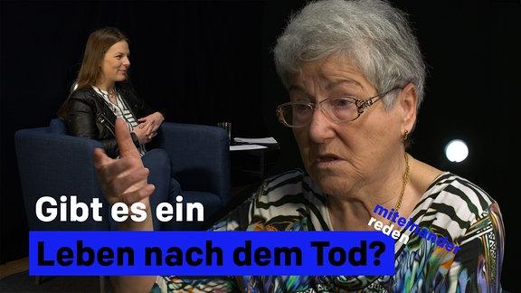Gibt es ein Leben nach dem Tod?  Es sind eine junge Frau und eine ältere Dame in einem dunklen Talk-Studio zu sehen.