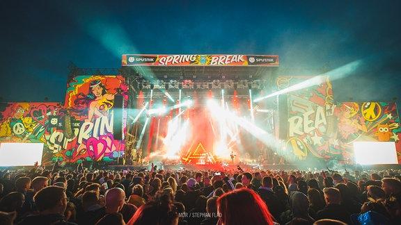 Die Bühne des SPUTNIK SPRING BREAK-Festivals 2018 mit Zuschauern im Hintergrund.