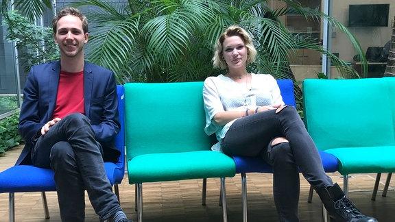 Hypnose-Coach David-Leonard Köppen und Vani van Morgen sitzen auf blauen und grünen Stühlen im MDR Palmengarten.