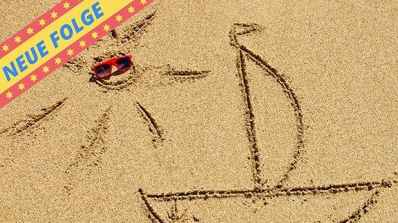 Sonne und Schiff in den Sand gezeichnet