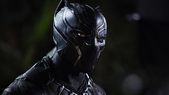 Person mit schwarzer Maske