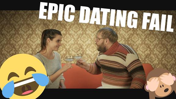 """Eine wunderschöne Frau und ein sehr hässlicher Mann sitzen sich auf einer Couch gegenüber. Sie stoßen mit Sektgläsern an. Über ihnen der Schriftzug: """"Epic Dating Fail""""."""