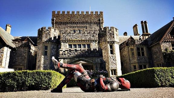 Deadpool liegt entspannt vor der Villa der X-Man