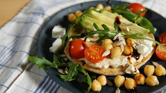 Ein von Pauline (Living The Healthy Choice) kreierter Salat mit Rucola, Humus, Käse und Tomaten.