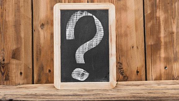 Eine Tafel mit einem Fragezeichen