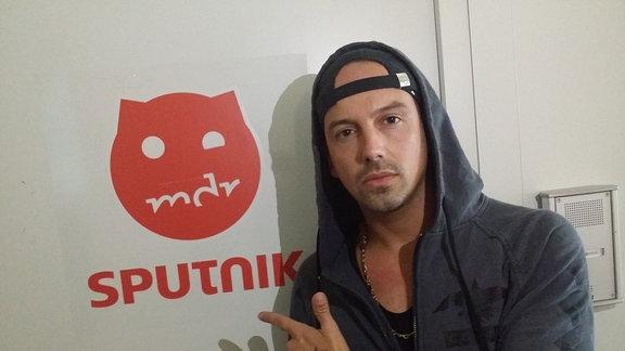 Der Rapper RAF Camora vor dem SPUTNIK-Logo