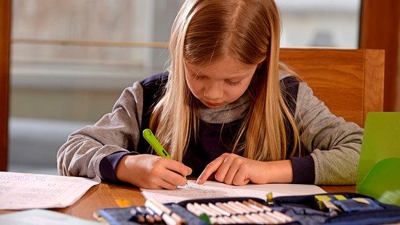 Schulkind schreibt mit einem Füller