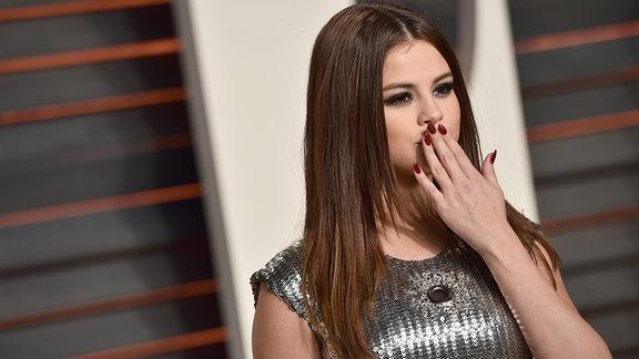 Selena Gomez ist die Abonnenten Königin auf Instagram: mit über 70 Millionen Followern, mehr als sie hat niemand... auf dem Bild ist Selena Gomez zu sehen, die einen Kuss in die Kamera wirft