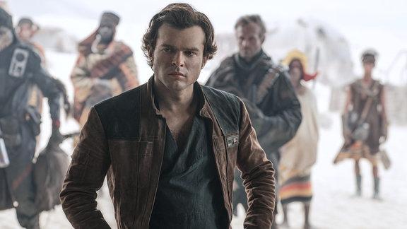 Han Solo aka Alden Ehrenreich guckt zur Seite.