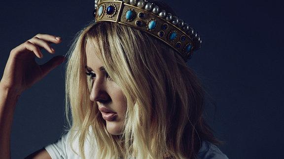 Künstlerin Ellie Goulding mit einer Krone.