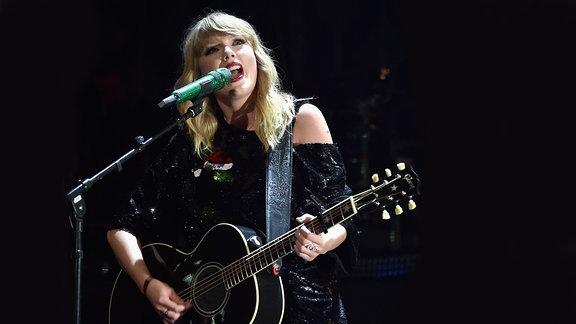 Taylor Swift @Jingle Ball, N.Y.C.