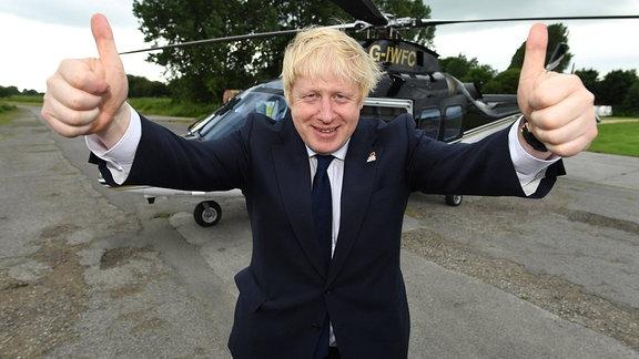 Boris Johnson hält Daumen nach oben