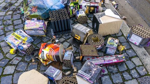 Abgebrannte Feuerwerksbatterien auf einem Haufen.