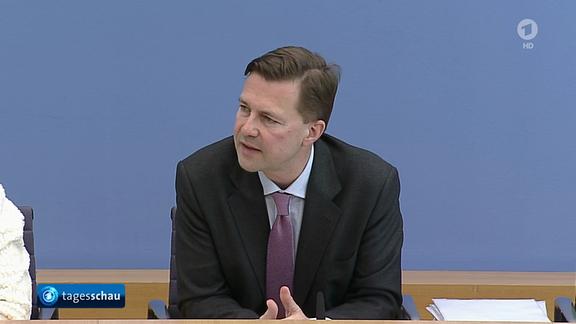 Regierungssprecher Steffen Seibert nimmt Stellung zur Frage, ob die Bundesregierung einem Strafverfahren gegen Jan Böhmermann zustimmen wird. (Screenshot Video tagesschau.de)