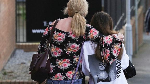 Trauer nach dem jAriana Grande-Konzert in Manchester, zwei Bersucherinnen verlassen den Anschlagsort