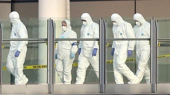 Forensiker untersuchen den Tatort nach dem Anschlag in Manchester-Arena