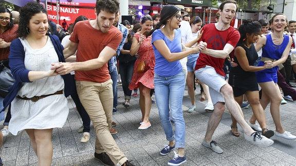 Tanzende Menschen bei der Fete de la Musique
