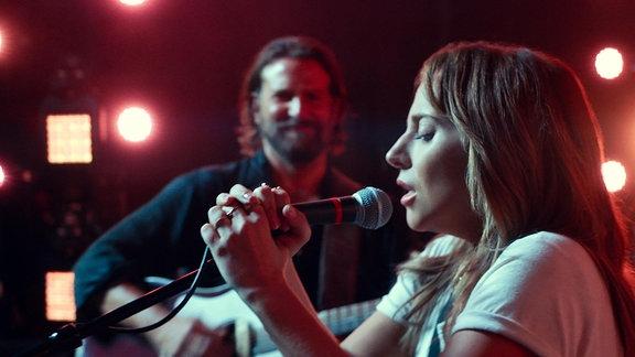 """Lady Gaga singt als Ally begleitet von Bradley Cooper, Filmszene aus """"A Star Is Born"""""""