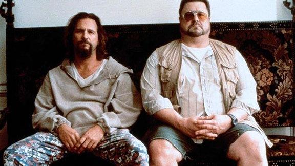 """Jeff Bridges (li.) und John Goodman sitzen auf einem Sofa (Filmszene """"Big Lebowski"""")"""