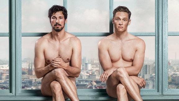 David Florian Fitz und Matthias Schweighöfer (re.) sitzen nackt auf einem Fensterbrett