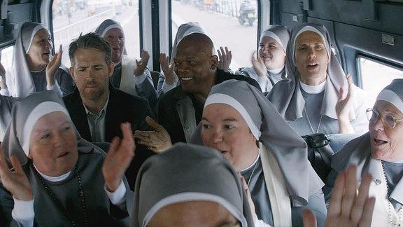 """Samuel Jackson und Ryan Reynolds im Film """"Killer's Bodyguard"""" (Filmszene)"""