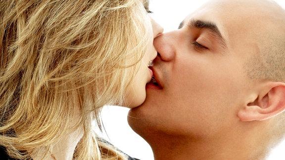 Ein Pärchen küsst sich mit geschlossenen Augen
