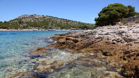 Küste in Kroatien mit Felsen und Meer