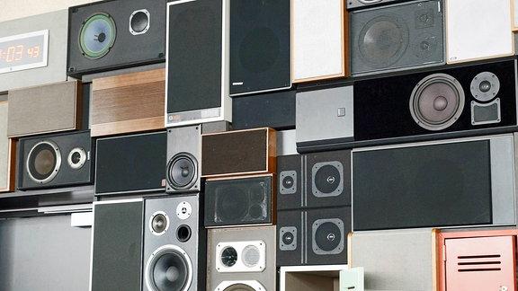 Verschiedene übereinandergestapelte Lautsprecher