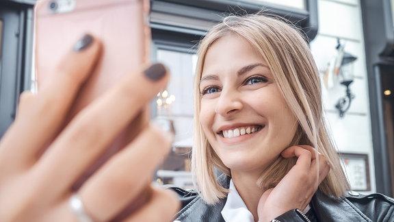 Blondes Mädchen macht Selfieportrait
