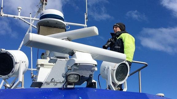 Marie Mrusscok auf einem Orca Beobachtungsschiff vor Island