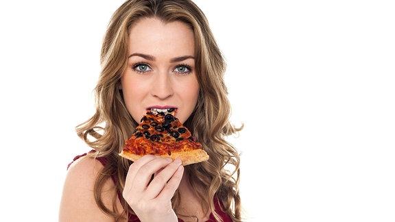 Junge Frau ist ein Stück Pizza