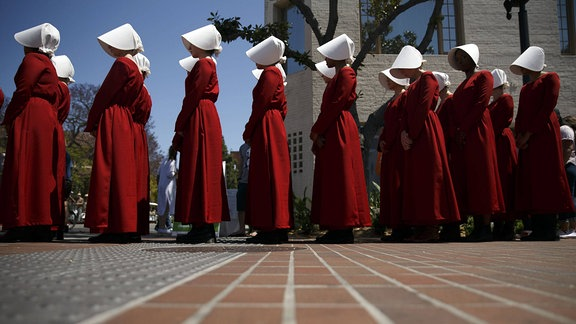 """Schauspielerinnen der Serie """"Handmaid's Tale stehen in einer Reihe, L.A. Times Festival of Books/"""