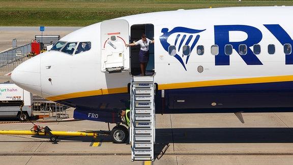Stewardess schließt die Tür einer RyanAir-Maschine