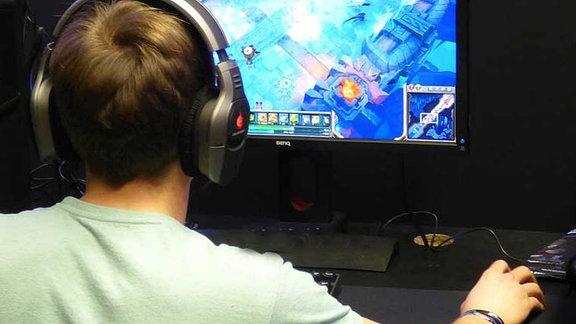 Gamer vor dem Bildschirm