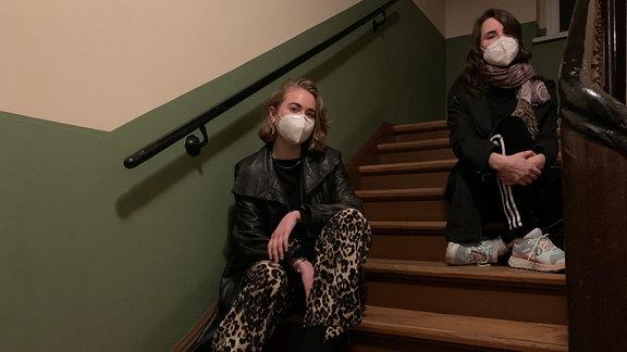 Lea ist DJ und Autorin beim Szenemagazin Frohfroh. Gemeinsam mit SPUTNIK-Moderatorin und Journalistin Kathi sitzt sie auf einer Treppe.