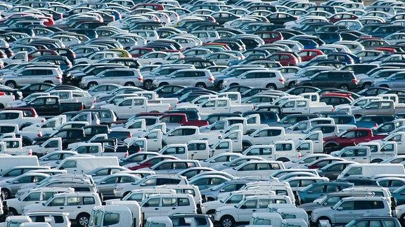 Eine großer Haufen parkender Autos.
