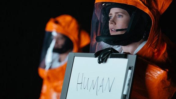 Louise Banks (Amy Adams) nimmt ersten Kontakt zur Besatzung des Raumschiffs auf