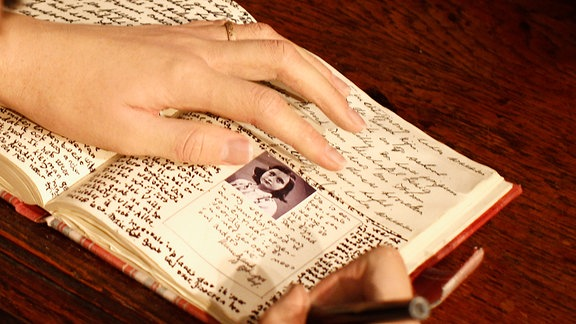 Anne Frank schreibt in ihr Tagebuch