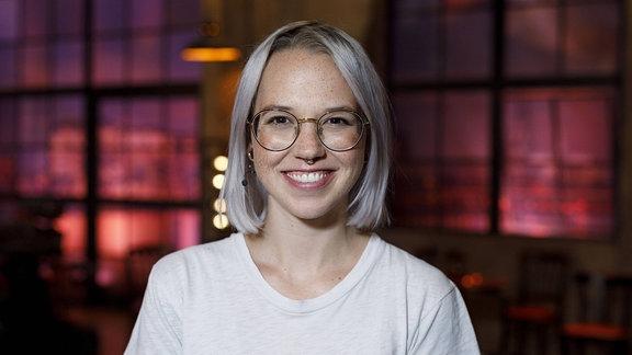 Sängerin Stefanie Heinzmann vor verschwommenen Hintergrund.
