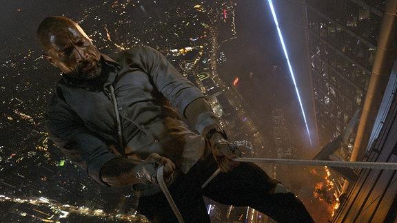 "Dwayne ""The Rock"" Johnson in einer Szene aus Skyscraper."