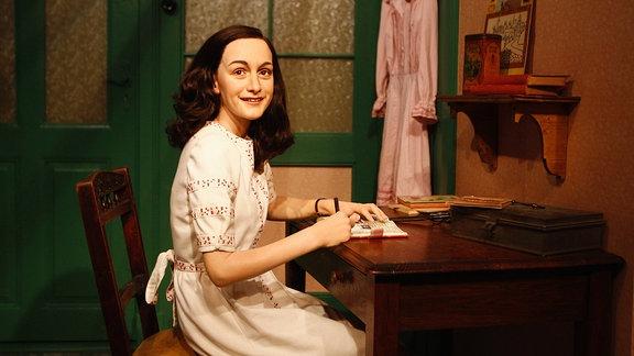 Anne Frank schreibt in ihrem Zimmer in Amsterdam in ihr Tagebuch