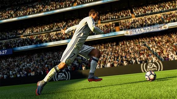 Christiano Ronaldo auf dem Rasen zum Schuss ausholend.