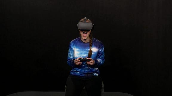 Redakteurin mit VR Brille.