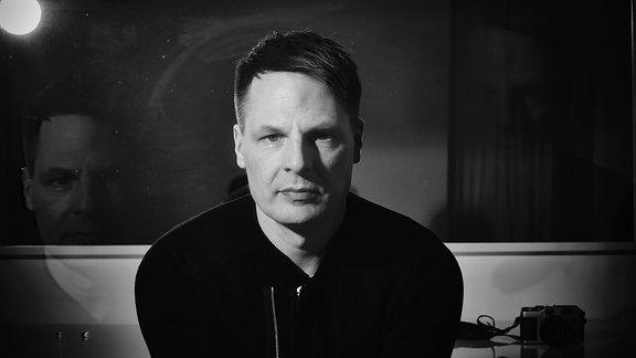 DJ Boris Dlugosch in schwarz weiß mit starrem Blick