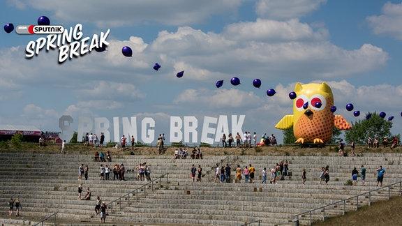 Der SPUTNIK SPRING BREAK 2015. Blick auf die Agora mit Schriftzug SPRING BREAK und einer großen, aufblasbaren Eule